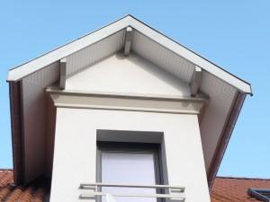 habillage des planches de rive du toit de maison avec de l'aluminium